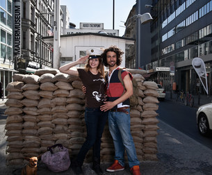 Couple smiling at Checkpoint Charlieの写真素材 [FYI03583441]
