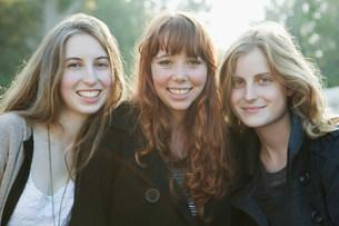 Teenage girls smiling togetherの写真素材 [FYI03583477]