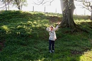 Girl playing in fieldの写真素材 [FYI03583514]
