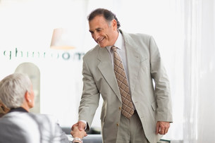 Businessman shaking colleague's handの写真素材 [FYI03583540]