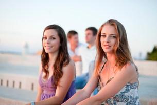 Women sitting on pier outdoorsの写真素材 [FYI03583643]