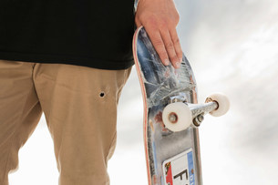 Teenager holding skateboardの写真素材 [FYI03583658]