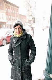 Woman walking on snowy streetの写真素材 [FYI03583789]
