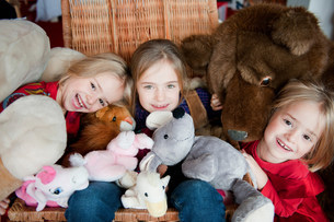 Girls playing with stuffed animalsの写真素材 [FYI03583817]