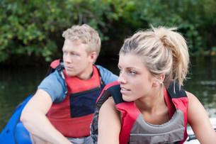 Couple kayaking in creekの写真素材 [FYI03583852]