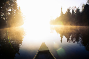 Canoe floating in still lakeの写真素材 [FYI03583862]