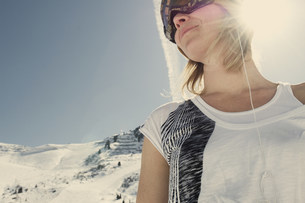 Woman in t-shirt admiring snowy hillsの写真素材 [FYI03584002]