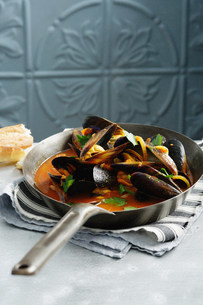Pot of mussels in tomato sauceの写真素材 [FYI03584096]