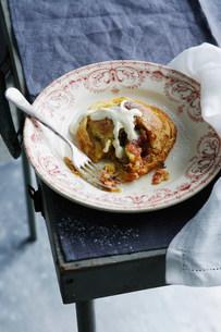 Bowl of apple pastry with creamの写真素材 [FYI03584097]