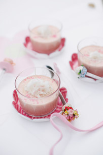 Cups of custard with coconutの写真素材 [FYI03584212]