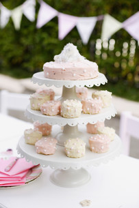 Tiered platters of cupcakes and cakeの写真素材 [FYI03584216]
