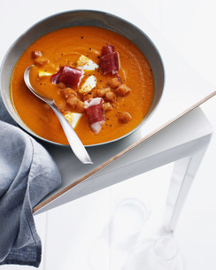 Bowl of Spanish soup with croutonsの写真素材 [FYI03584250]