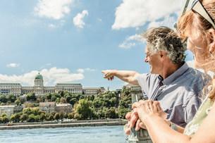 Older couple admiring castle from bridgeの写真素材 [FYI03584268]