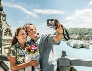 Older couple taking self portraitsの写真素材 [FYI03584274]