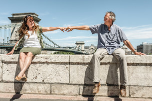 Older couple holding hands on bridgeの写真素材 [FYI03584276]