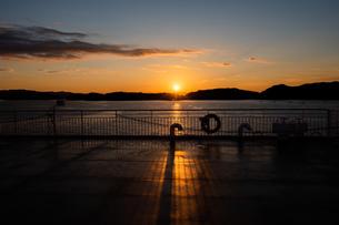 クルーズ船から見た日の出の写真素材 [FYI03584286]
