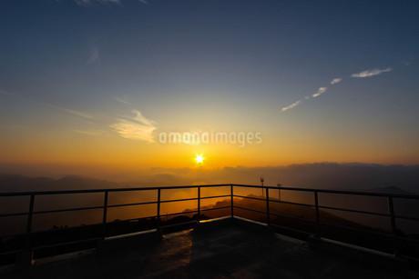 鹿児島県南九州市にある大野岳からの日の出の写真素材 [FYI03584296]