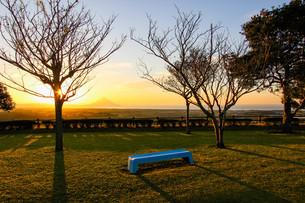 公園のベンチと朝日の写真素材 [FYI03584310]