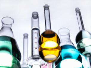 Beakers with liquids on reflective tableの写真素材 [FYI03584324]