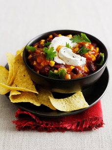 Bowl of chili with corn chipsの写真素材 [FYI03584341]