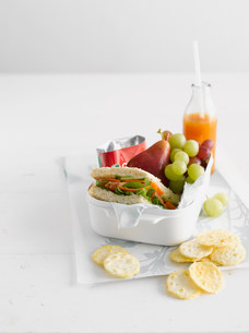 Healthy food in lunch box with crackersの写真素材 [FYI03584345]