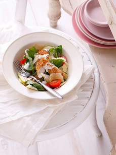 Bowl of salad on tableの写真素材 [FYI03584351]