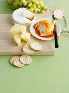 Plate of cheeses and crackersの写真素材 [FYI03584405]