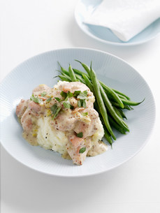 Plate of mashed potatoes and green beansの写真素材 [FYI03584582]