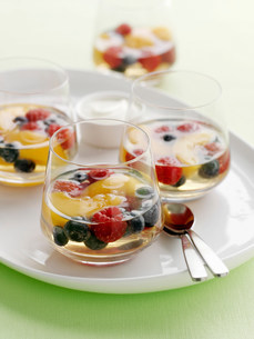 Glasses of fruit salad in gelatinの写真素材 [FYI03584588]