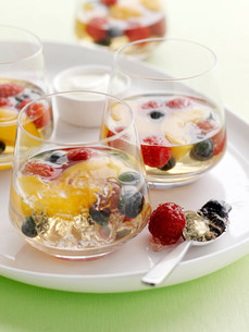 Glasses of fruit salad in gelatinの写真素材 [FYI03584590]