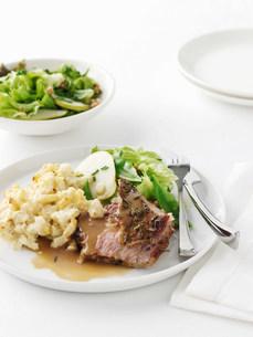 Plate of roast lamb with potatoesの写真素材 [FYI03584593]