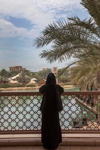 Woman standing on urban bridgeの写真素材 [FYI03584623]