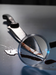 Magnifying glass on bloody knifeの写真素材 [FYI03584639]