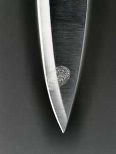 Close up of fingerprint on knife bladeの写真素材 [FYI03584643]