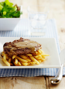 Plate of steak with friesの写真素材 [FYI03584668]