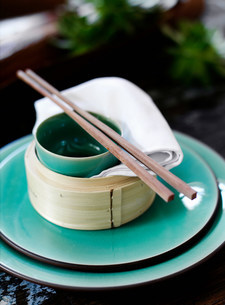 Bowl and chopsticks on rice steamerの写真素材 [FYI03584675]