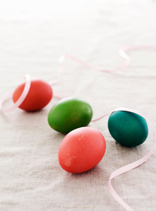 Colorful Easter eggs with ribbonの写真素材 [FYI03584688]