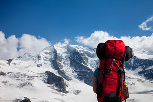 Backpacker admiring snowy mountainsの写真素材 [FYI03584867]