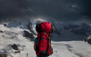 Backpacker admiring stormy mountainsの写真素材 [FYI03584869]