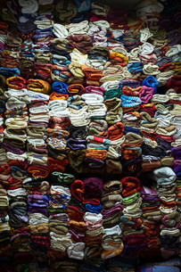 Wall of stacked fabric for saleの写真素材 [FYI03584889]