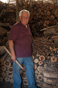 Older man chopping wood in shedの写真素材 [FYI03584893]