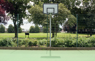 Basketball court in city parkの写真素材 [FYI03584912]