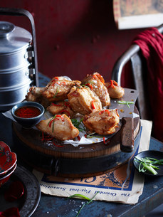 Roasted chicken with onion and sauceの写真素材 [FYI03584991]