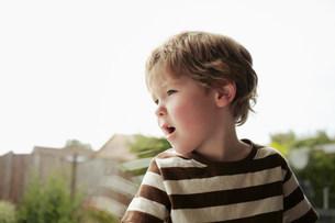Boy sitting at windowの写真素材 [FYI03585139]