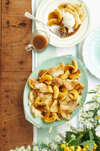 Plate of toffee apple pancakes and sauceの写真素材 [FYI03585312]