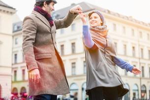 Couple dancing on city streetの写真素材 [FYI03585372]