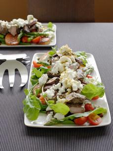 Plate of lamb with feta saladの写真素材 [FYI03585442]