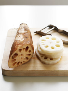 Sliced lotus root on tableの写真素材 [FYI03585456]