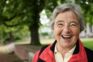Older woman laughing in parkの写真素材 [FYI03585458]
