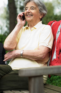 Older woman talking on cell phoneの写真素材 [FYI03585467]
